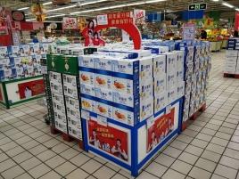 伊利液奶超市堆头
